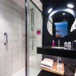 Bad im Zimmer im Hotel Moxy Lausanne City