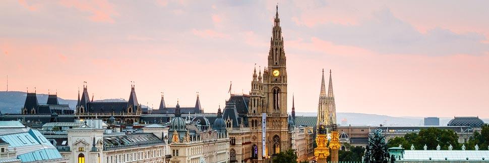 Rathaus in Wien während eines Sonnenuntergangs