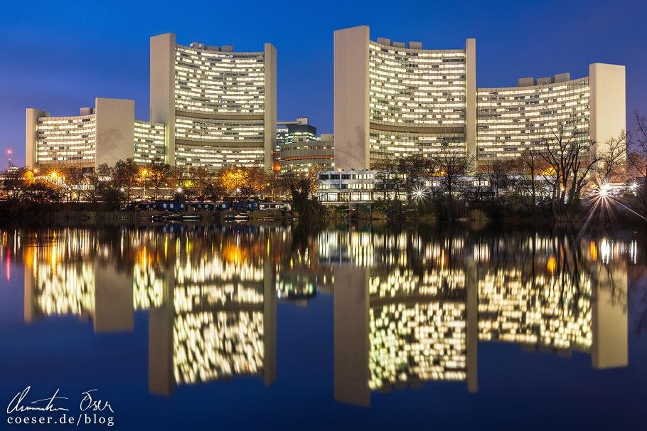 Fotospots Wien: Beleuchtete UNO-City vom Kaiserwasser aus gesehen