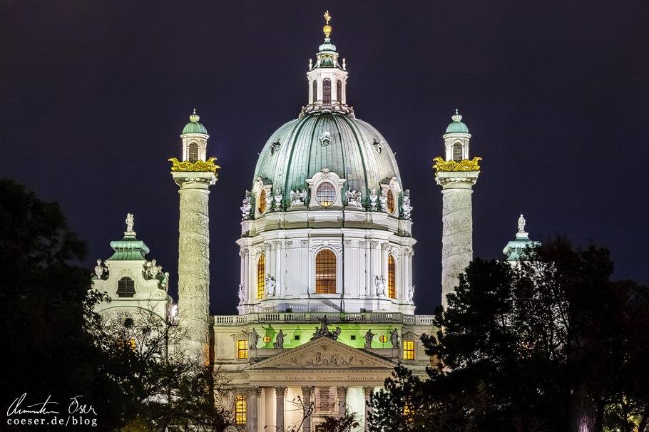 Fotospots Wien: Nahaufnahme der beleuchteten Karlskirche
