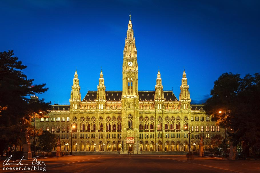 Fotospots Wien: Das beleuchtete Rathaus zur blauen Stunde