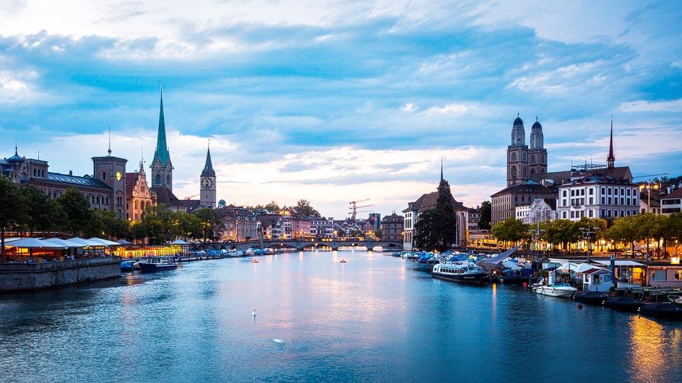 Blick auf Fraumünster, Großmünster und Limmat in Zürich