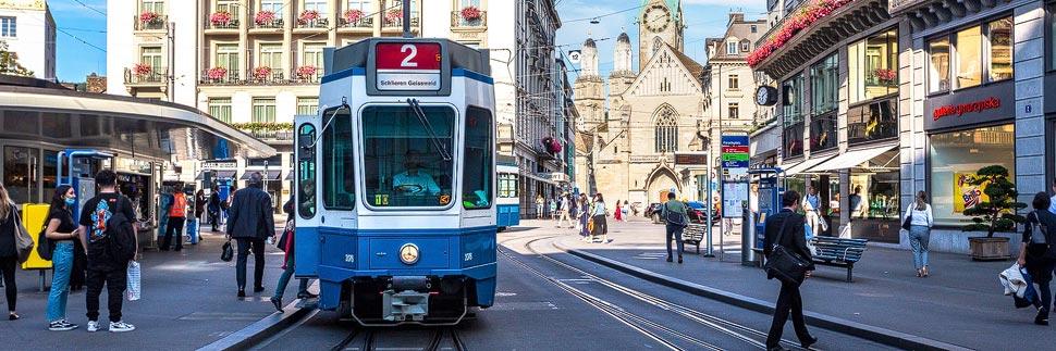 Straßenbahn auf dem Paradeplatz in Zürich