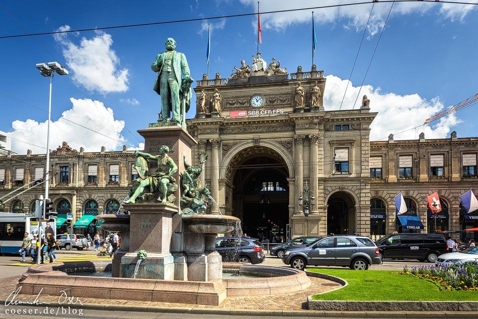 Denkmal des Eisenbahnpioniers Alfred Escher vor dem Hauptbahnhof Zürich