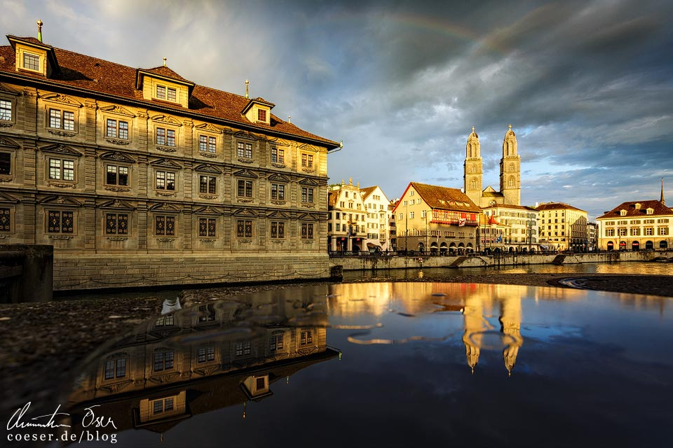 Rathaus, Großmünster und Wasserkirche im Sonnenuntergang in Zürich