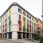 Haus mit bunten Fenstern in Genf