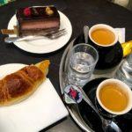 Espresso, Croissant und Torte bei Martel Cornavin in Genf