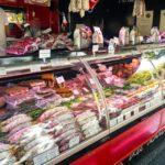 Fleischerstand auf dem Markt von Carouge (Marché de Carouge)