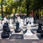 Große Schachbretter am Universitätsgelände in Genf