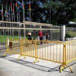 Blick durch ein Gitter auf den Völkerbundpalast (Palais des Nations) der Vereinten Nationen (UNO) in Genf