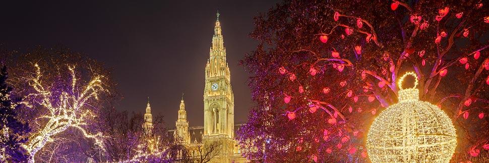 Weihnachtsbeleuchtung am Chriskindlmarkt am Rathausplatz in Wien
