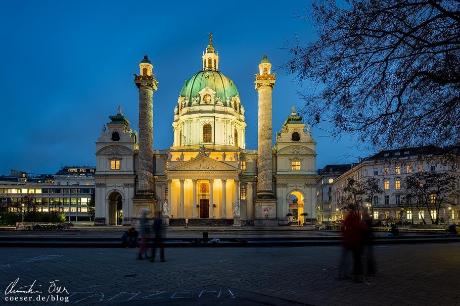 Adventmarkt vor der Karlskirche in Wien während der Coronaviruskrise