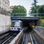 Metro M2 auf dem Weg bergab in das Hafenviertel Lausanne-Ouchy