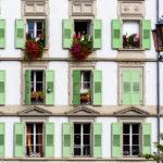 Fensterfassade in der Altstadt von Lausanne