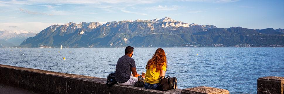 Ein Paar sitzt am Genfer See in Lausanne