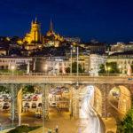 Abendstimmung und Blick auf die Kathedrale vom Viertel Flon in Lausanne