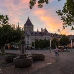 Sonnenuntergang über dem Hotel Château d'Ouchy im Hafenviertel von Ouchy