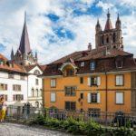 Historische Gebäude vor der Kathedrale von Lausanne