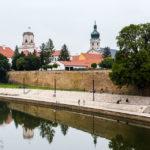 Blick auf den Fluss Raab, die Bischofsburg und Kathedrale in Györ