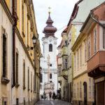 Blick auf die Ignatiuskirche in der Altstadt von Györ