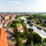 Blick vom Aussichtsturm Püspökvár auf den Fluss Raab und die Karmeliterkirche