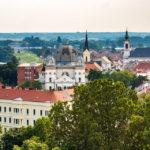 Blick vom Aussichtsturm Püspökvár auf die Große Synagoge von Györ