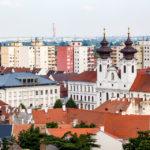 Blick vom Aussichtsturm Püspökvár auf die Jesuitenkirche bzw. Ignatiuskirche von Györ