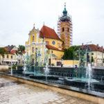 Brunnen auf dem Wiener-Tor-Platz vor der Karmeliterkirche