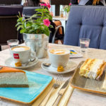 Torten und Kaffee im Café Kuglóf Cukrászda in Györ