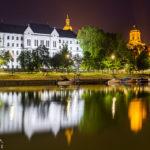 Nächtliche Wasserspiegelung der Kathedrale, des Püspökvár-Turms und der Theologischen Hochschule in Györ