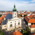 Blick vom Aussichtsturm Püspökvár auf die Kathedrale von Györ