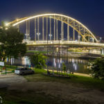 Beleuchtete Brücke Kossuth híd in Györ