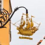 Zunftzeichen Goldenes Schiff von Künstler Schima Bandi in Györ