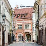 In der kurzen Gasse Dr. Kovács Pál utca finden sich viele Zunftzeichen